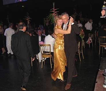 Helma en Jan dansen de tango